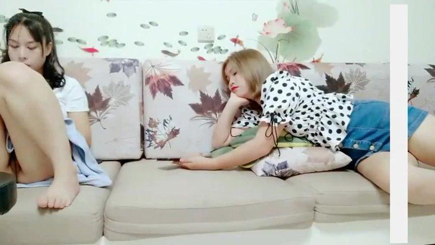 情色劇情演繹女友閨蜜勾引眼鏡哥男友 女友竟然不反對還自慰 直接沙發上女友..閨蜜操了